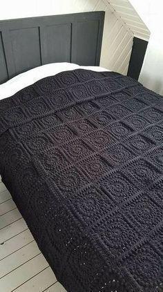 Deze deken wint het met populariteit in mijn bedrijf! Ik heb al een aantal bestellingen gekregen voor de deken, en vandaag leg ik jullie uit hoe de vierkantjes, waaruit deze deken bestaat, te maken. Ik heb er een foto tutorial van gemaakt, om het makkelijker voor jullie te maken. Als deze squares gehaakt zijn met …