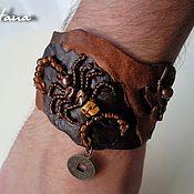 """Кожаный мужской браслет """"Денежный скорпион"""" из мягкой натуральной кожи 4-х цветов. Легкий, красивый, мягкий. Скорпион выполнен из тигрового глаза, бусин и бисера. Тигровый глаз обладает очень мощной энергетикой, поэтому способен помочь  привлечь удачу. В браслете присутствует  монетка, которая имеет свойство притягивать богатство и приносить владельцу финансовую стабильность."""