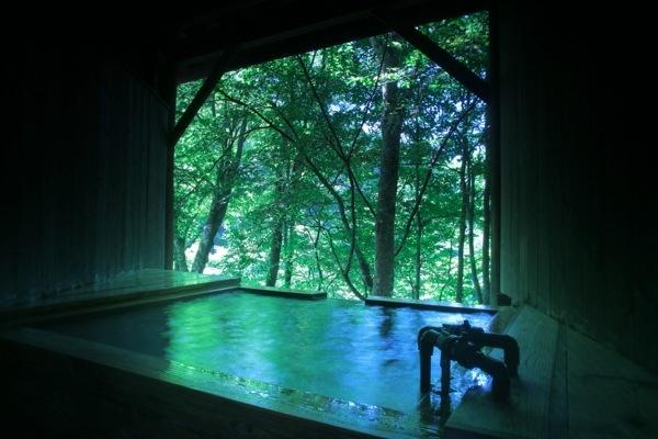 【無料貸切露天風呂】 早朝は朝靄がかかり幻想的。