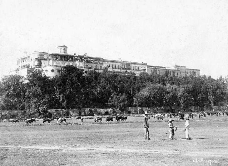 El Castillo de Chapultepec a finales del siglo XIX. En la parte superior se alcanza a ver el área que ocupaba el Colegio Militar y que desapareció en los años veinte.