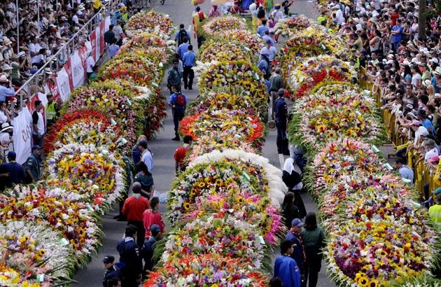Desfile de silleteros,Feria de las Flores, Medellín,Colombia.El Desfile de Silleteros es el evento central de la Feria de las flores,al cual acuden masivamente cada año los residentes locales y turistas.En el desfile se despliegan millones de flores cargadas en silletas a la espalda,las cuales son un laborioso trabajo generacional de los campesinos del corregimiento de Santa Elena,hay con más de 80 variedades de flores componen bellos paisajes,retratos,mensajes con valores autóctonos y…