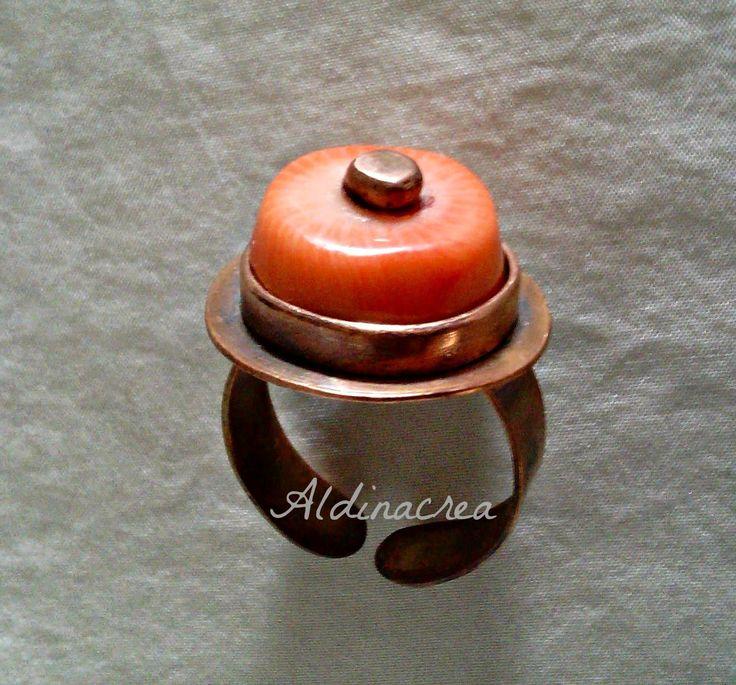 Creazioni e manufatti di Aldina. Anello in rame e corallo su montatura bezel.