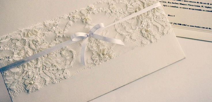 Quer economizar em seu casamento? Uma opção é confeccionar os próprios convites de casamento! Veja 8 modelos de convite de renda que você noiva pode fazer!