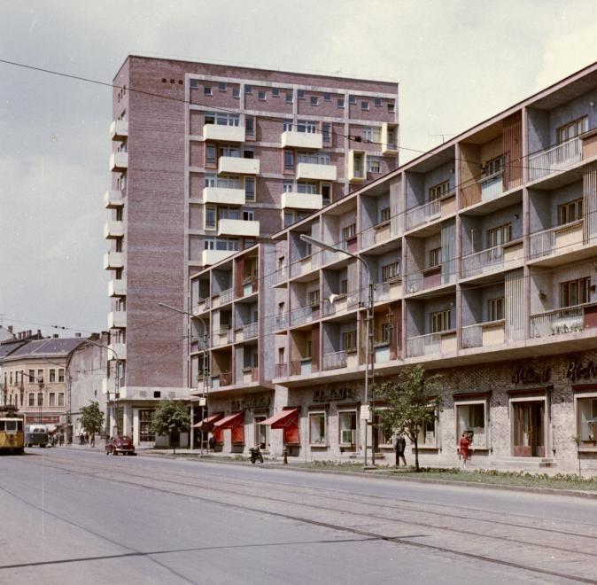Bajcsy Zsilinszky utca az Ady híd felé nézve, a magas épület a Fórum ház.