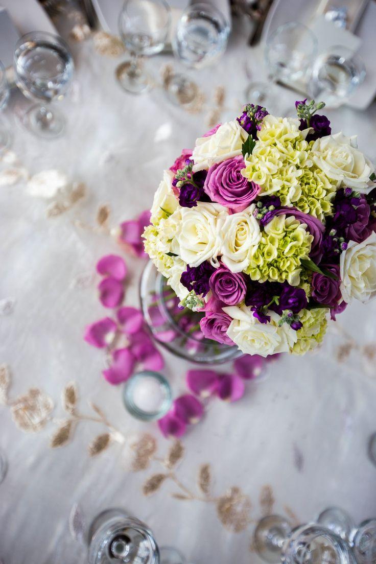 Centro de mesa alto con rosas y hortensias. Centerpiece. www.fullbodas.com