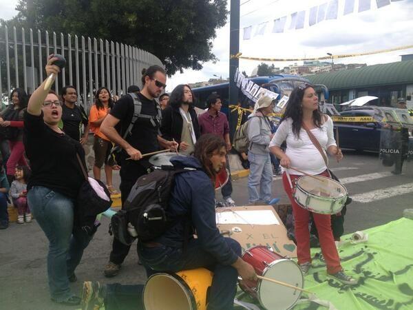 Quito, 20 sep. 2013. Protesta fuera de la Asamblea Nacional. El cerco polical no permitió a los manifestantes acercarse a la Asamblea, solo a quienes respaldan la explotación del Yasuní ITT. #Yasunidos