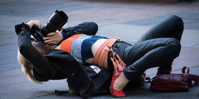 Fotografi Disposti a Tutto per una Foto: Ecco le Pose Più Divertenti