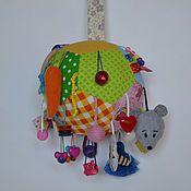 Купить или заказать Развивающий коврик для малышей №2 в интернет-магазине на Ярмарке Мастеров. Это коврик для самых маленьких, подойдет детям от 3 мес. Описание по квадратам: -воздушный шар с различными по цвету и фактуре пуговками; -объемный цветок с шуршащими лепестками; -котенок с подвижными лапками для игры в 'ку-ку'; -разноцветные дверцы, за которыми прячутся изображения животных; -зеркало(детское пластиковое); -лицо девочки; -земляника с выпуклыми 'ягодами' (прощупываютс...