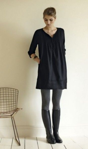 リトルブラックドレスとブラックのロングブーツというミニマルな装いに、グレータイツが柔らかな表情をプラスします。