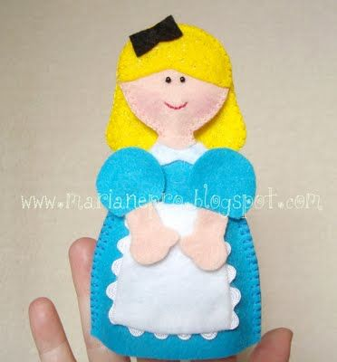 Alice in Wonderland Felt Finger Puppet with template and tutorial in Portuguese.