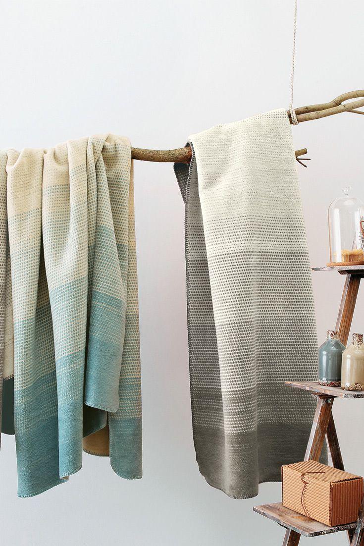 """Du suchst eine Decke, die nicht jeder hat? Dann solltest Du zur Baumwoll-Plüschdecke """"Cotona-Linea"""" greifen. Unterbrochene, zarte Muster lassen ein unvergleichliches Bild entstehen. Die Tupfer sind unterschiedlich dicht, sodass die Farbintensität variiert. GOTS-zertifiziert und aus 100% Bio-Baumwolle!"""
