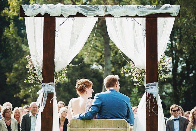 Ook als je buiten trouwt kun je de ceremonie fantastisch decoreren. // Fotograaf: Ruud C Fotografie // Girls of honour