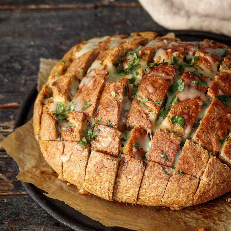 Fylt brød med basilikumsmør og mozzarella – Ourkitchenstories