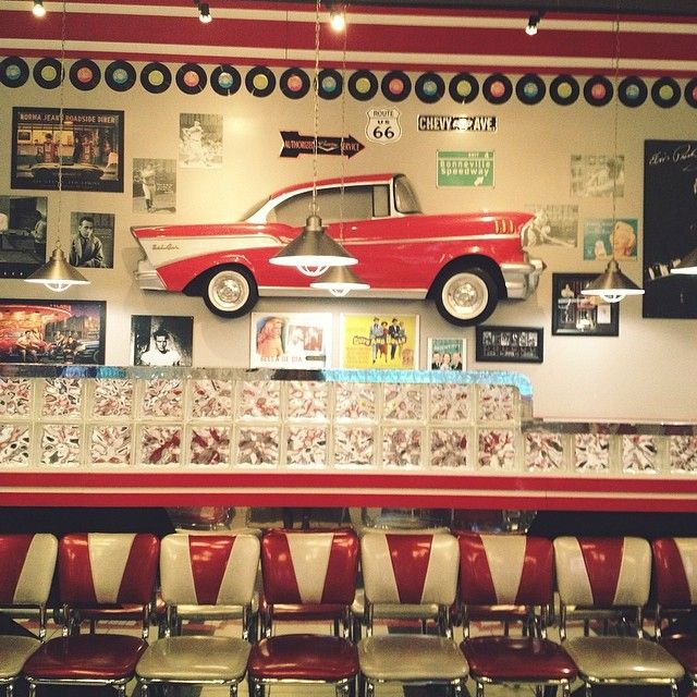 Jukebox Burgers et Bar Laitier in Dollard-Des Ormeaux, QC. On set for our latest lookbook shoot with our two favourite fashion bloggers. www.sabrinascloset.com