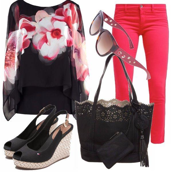 Per lo shopping o per una passeggiata, la comodità è d'obbligo. I pantaloni chino rossi si indossano con una casacca in tessuto morbido con motivo floreale, nere le scarpe con la zeppa e la borsa a mano, un tocco di bordeaux negli occhiali.