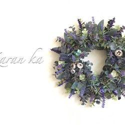 北海道の富良野産ラベンダーのドライフラワーを130本程使用してリースをお作りしました。 トゥルーラベンダーの中でも色鮮やかで観賞用に最適な農紫早咲という品種のラベンダーの鮮やかな色と香りがお部屋の空間を癒します。天然ラベンダーには心を落ち着かせリラックスしたり安眠効果があります。北海道ラベンダーの色と香りをお楽しみください。富良野産ラベンダー精油(100%植物性エッセンシャルオイル)を数滴落として発送します。香りが必要ではない場合はお知らせください。縦横約12センチ(紐部分除く)ラベンダーの木製クリップを期間限定でプレゼントさせていただきます。 ボックスにお入れしてお届け致しますのでプレゼントにもどうぞ。 定形外郵便も可能ですが追跡や補償サービスがないことをご了承願います。…