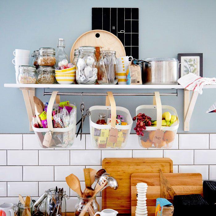 Una mensola e tre cestelli pieni di contenitori con cereali e frutta - IKEA
