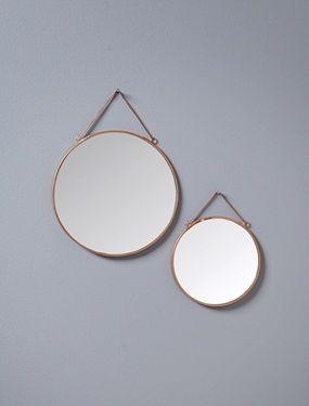 2 edle Spiegel, die auch als Deko-Objekte dienen. Sie verleihen dem Interieur Stil und Licht. Schöner Retro-Effekt.Details2 runde Spiegel in unterschiedlichen Größen. Durchm.: 17cm und 23cm. Aufhängekette.MaterialKupfer und Glas.;