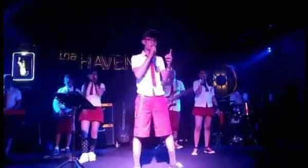 NGAWUR, Seragam SD Dipakai Pentas Band Seronok di Club Malam