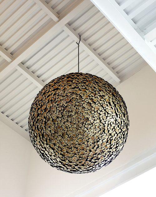 L'artiste sud-coréen Jae-Hyo Lee est un maître dans son domaine. Il transforme des morceaux de bois mis au rebut en œuvres d'art à la fois élégantes et fonctionnelles. Pour obtenir le look saisissant et lisse de ses sculptures, l'artiste engouffre chaque morceau de bois dans les flammes …