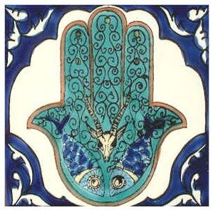 On trouve la trace du protosémitique /*ẖmš/  « cinq » dans l'hébreu חמסה  /ẖamsah/ , le maltais hamsa ou l'arabe خمسة  /ẖamsa t /  et son...