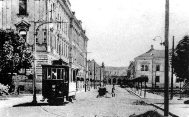 Az 1-es motorkocsi a Mátyás király útján, a háttérben a pályaudvar épülete