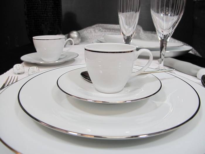 Seria Ballet Platyna to klasyczne i ponadczasowe wzornictwo w czystej bieli ozdobionej delikatnymi wykończeniami z platyny. Dzięki prostym, niemal minimalistycznym kształtom pasuje do szkła i sztućców w każdym stylu, ale platynowe zdobienia sprawiają, że zawsze będzie wyglądać elegancko. W skład serii wchodzą talerze, talerzyki, miski, filiżanki i elementy uzupełniające takie jak waza, sosjerka, czy cukiernica, z których skompletować można pełną zastawę i serwis do kawy, lub herbaty.