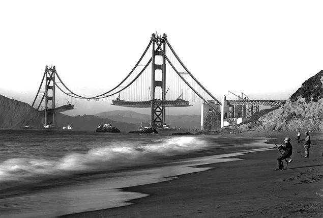 Yapım aşamasındaki Golden Gate Köprüsü manzarasının tadını çıkaran bir grup balıkçı, 1930'lar.