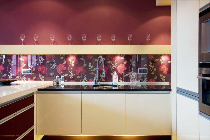 <p>Ściana nad blatem kuchennym powinna być odporna na zabrudzenia oraz łatwa do utrzymania w czystości. Zatem świetnym rozwiązaniem w kuchni jest wykorzystanie do tego szkła. Zobacz w naszym kursie, jak krok po kroku zrobić szklaną okładzinę.</p>