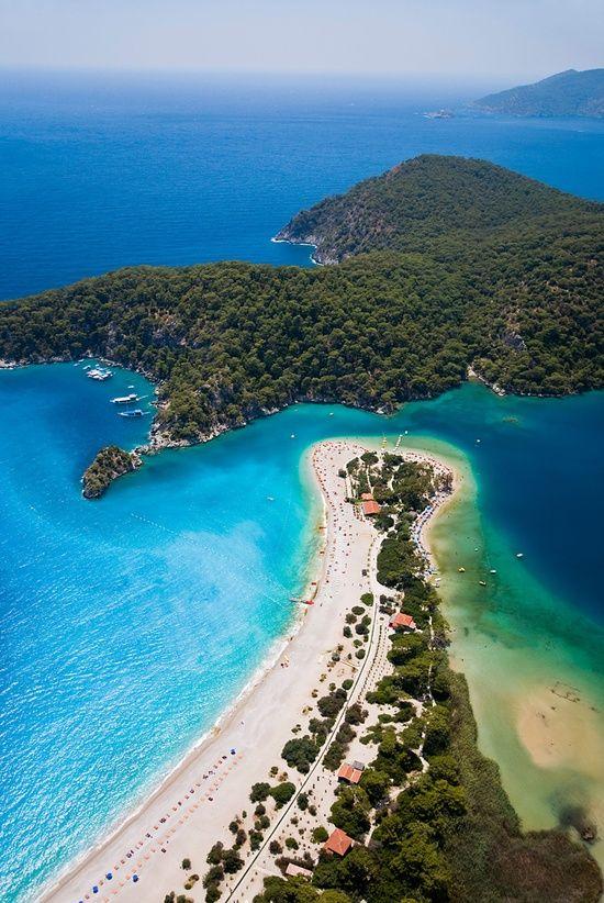 Pantai Oludeniz, #Turki, salah satu alasan kenapa kamu harus ke Turki. Cek alasan lainnya di blog kami. (Oludeniz beach, #Turkey one reason one, have to travel to Turkey. Check other reasons on our blog)