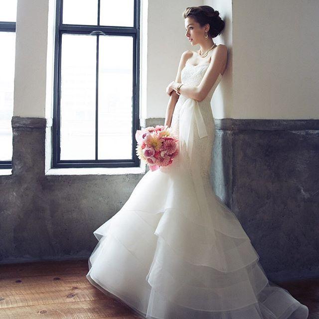 #weddingdress #cool #bride モードな花嫁姿を完成させるRIVINIのマーメイドラインの1着。 チュールのスカート裾は、程よいボリュームが、軽やかで華やかな姿を叶えます。 クールなドレスには、ピンクのブーケで愛らしさをプラスしてみるのもオススメです。 @ritavinieris #wedding #bridal #bridaldress #rivini #mode #fashion #brides #weddingflower #bouquet #mermaid #updo #loveit #instagood #weddingtbt #ウエディング #ウエディングドレス #ブーケ #コーディネート #結婚式 #結婚準備 #プレ花嫁 #ノバレーゼ #NOVARESE