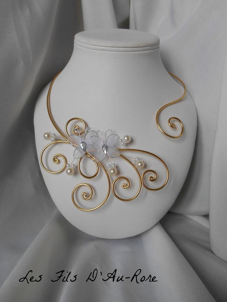 """Collier """" ORELYA """" avec papillon blanc et fil aluminium doré"""