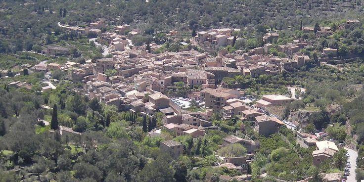 Vista aérea de Fornalutx, aldeia localizada na ilha de Maiorca, Comunidade Autônoma das Ilhas Baleares, Espanha.  Fotografia: Paucabot.