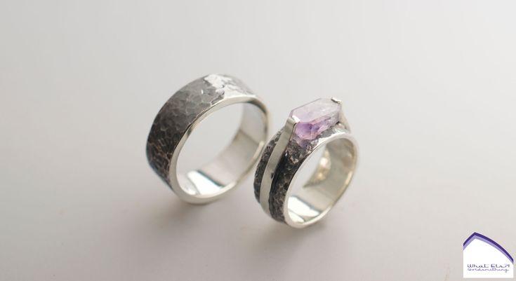 Heel speciale zilveren trouwringen met Amethist, de steen is zelf gevonden in Idar Oberstein waar ze meteen ten huwelijk gevraagd werd, daarna is de steen geslepen en in de ring verwerkt, voilá!
