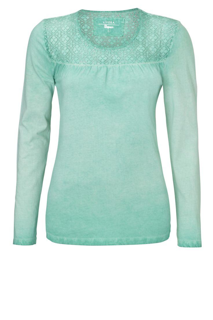 Trendy shirt van Livera in een fijne katoen kwaliteit. Dit shirt is voorzien van eigentijdse details, zoals een kanten inzet aan de bovenzijde en een stoere 'damaged' washing. Ook heeft dit model lange mouwen, plooitjes en kleine splitjes in de zijnaden. Combineer dit shirt met een leuke pyjama broek uit de Livera collectie!
