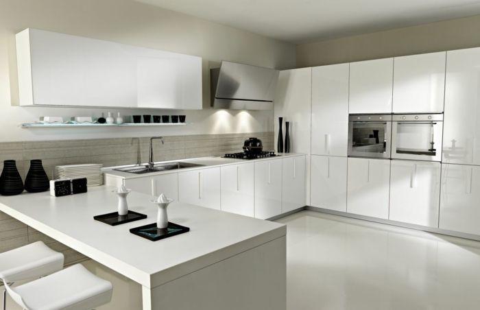 une cuisine laquée de couleur blanc avec sol gris et murs gris