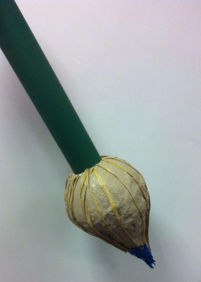 Mega penseel of klus-kwast. Nodig : steel : koker Brush : halve tempex bal, saté stokjes voor de punt, gipsverband en acrylverf. Steek de stokjes in de halve bal zodat er een punt ontstaat, daaromheen wikkel je het gips verband. Aan de onderzijde van de brush maak je een gat ik de maat van de koker. Na droging van het gipsverband, schilder je de bruch in een haarkleur, steek de punt in een hippe kleur verf. Op de steel kun je eventueel een tekst plakken...