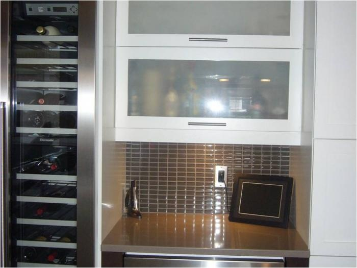 Cuisine contemporaine avec armoires de cuisines blanches for Armoires de cuisine contemporaine