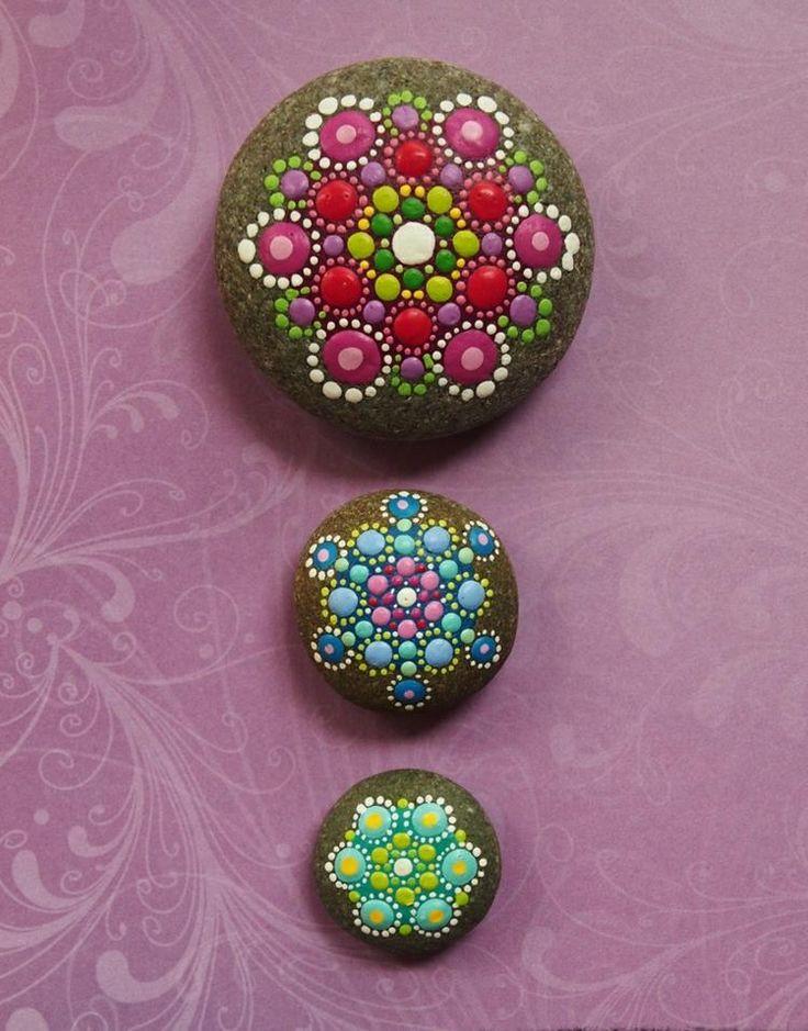 galets décoratifs à motifs mandala en rose, rouge, bleu, vert et blanc