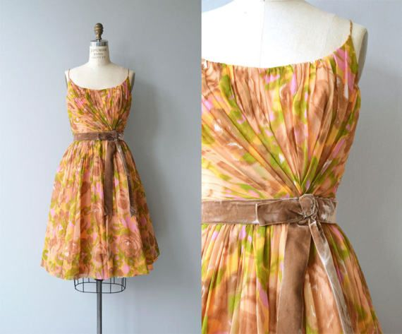 Vintage jaren 1950 zijde aquarel bloemen partij jurk met prachtige asymmetrische verzamelen over het lijfje, spaghetti bandjes, taille met bijgevoegde mokka fluweel boog riem gemonteerd, volledige gelaagde zijde chiffon-rok en metalen rits.  ---M E EEN S U R E M E N T S---  past zoals: kleine Bust: 35 Taille: 27 Hip: gratis lengte: 40 merk/maker: n/b voorwaarde: uitstekend  om te zorgen voor een goede pasvorm, lees de gids van de grootte: http://www.etsy.com/shop&#x2F...