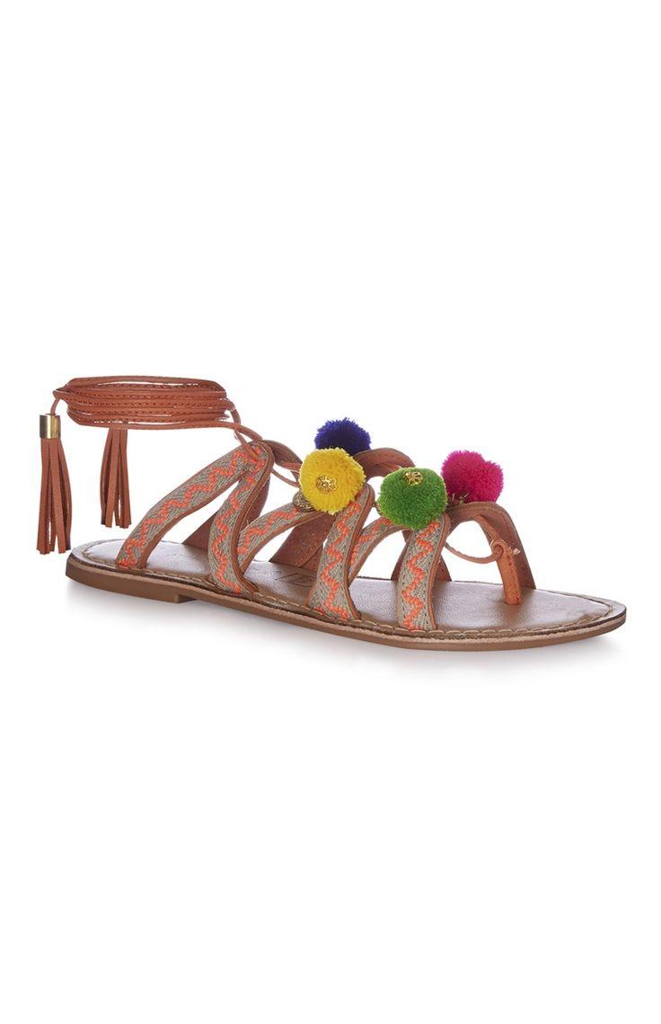 Sandali con pompon in colori vivaci