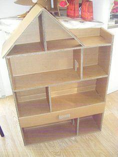 Une maison de poupée (ou une mini-armoire de rangement) en carton.: