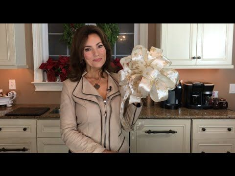 Have you always wondered how to make big, beautiful bows to decorate your home and Christmas tree? Here's a step-by-step video!