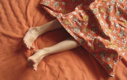 Sindrome delle gambe senza riposo: sintomi, cause e rimedi - La sindrome delle gambe senza riposo ha fra i sintomi il bisogno impellente di movimento. Scopriamone le cause e i rimedi.