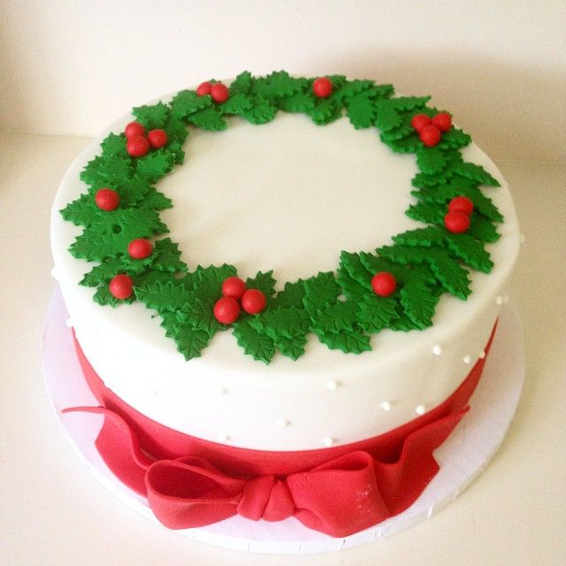CHRISTMAS FOOD   Wreath Cake - just beautiful for a family dinner or company party! Beautiful fondant work.   inspiration photo from a cached image