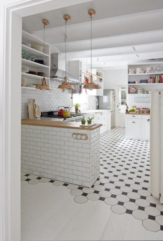 Шестиугольная плитка в интерьере светлой кухни-студии легко поможет зонировать пространство