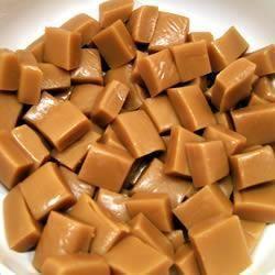 Caramelos de leche condensada: 350 gramos de leche condensada, 50 gramos de mantequilla, sal. Ingredientes en un cazo de fondo grueso, cocemos a fuego lento sin parar de remover hasta que esté doradito Poner sobre un papel de horno humedecido y extendemos con la cuchara de madera, dejamos que se enfrie y metemos al fresco unas 3 horas. Despues los sacamos, cortamos en trocitos y envolvemos en papel de celofán. http://www.mis-recetas.org/recetas/show/9566-caramelos-de-leche-condensada