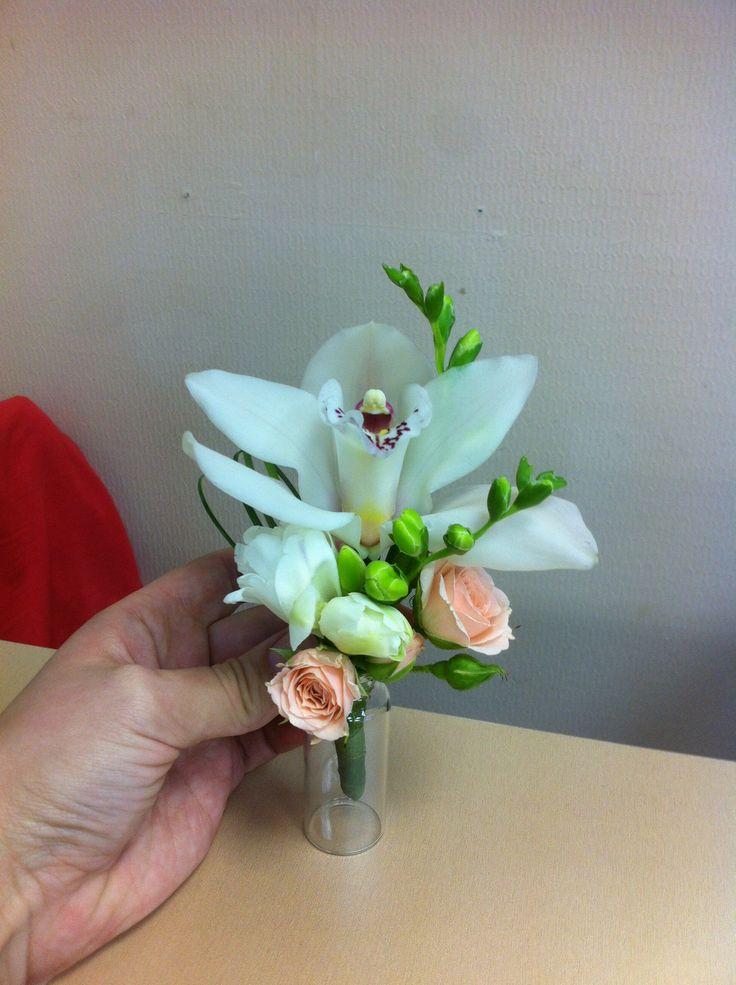 бутоньерка для жениха из орхидеи, фрезии, розы