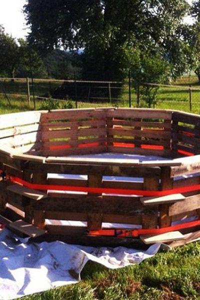 Afkoelen met warm weer? Maak een zwembad van pallets! #diy #voordemakers #zwembad #pallets