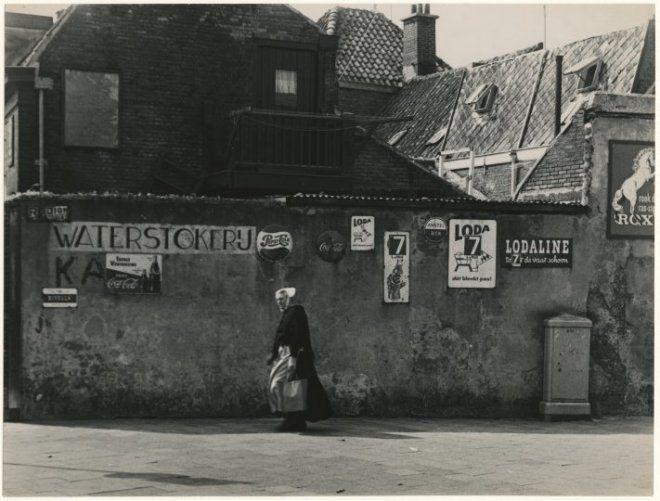 Zeilstraat, hoek Korendijkstraat; op nr. 38 was de winkel in kruidenierswaren, tabak en waterstokerij van J. Freeke (Freeke de waterbaas) gevestigd. 1962 JMP de Groot #ZuidHolland #Scheveningen